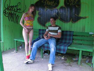 Порно мужик трахает жену русского